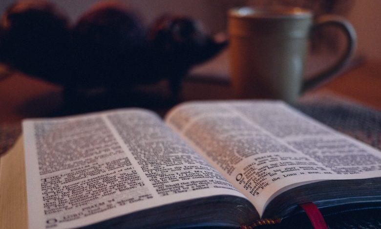 Eine aufgeschlagene Bibel und eine Teetasse. Ist der Sabbat noch gültig?