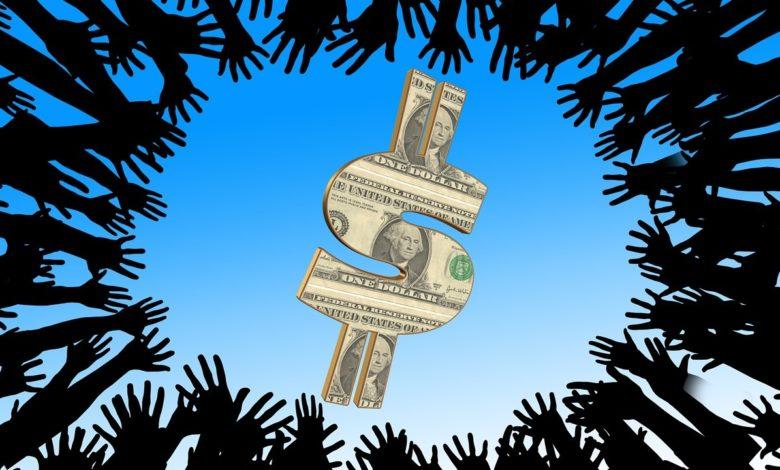Hände die gierig nach Geld langen und entgegen der Selbstlosigkeit handeln