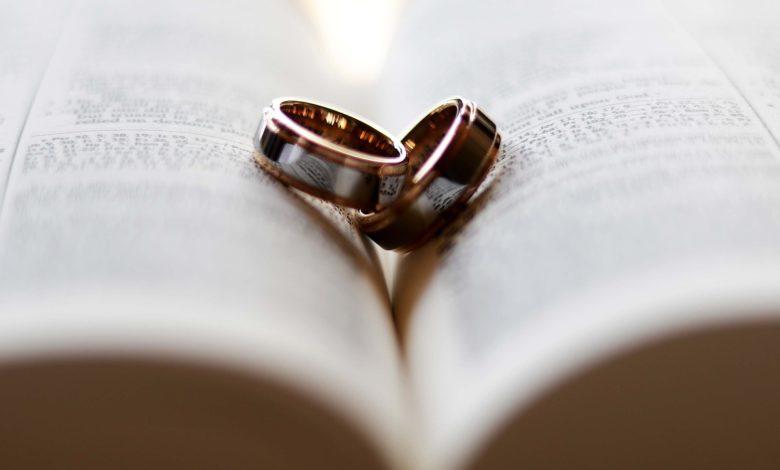 Eheringe auf einer Bibel, die den Ehebruch verhindern sollen