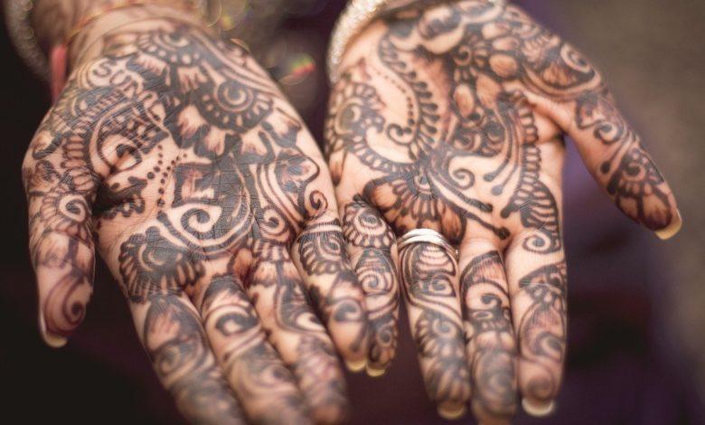 Frauen Hände mit Tattoos und Schmuck, so wie es die Bibel verbietet, aber keine Piercings