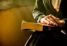 Eine Frau, die die biblische Kleidung der Frau laut Bibel repräsentiert