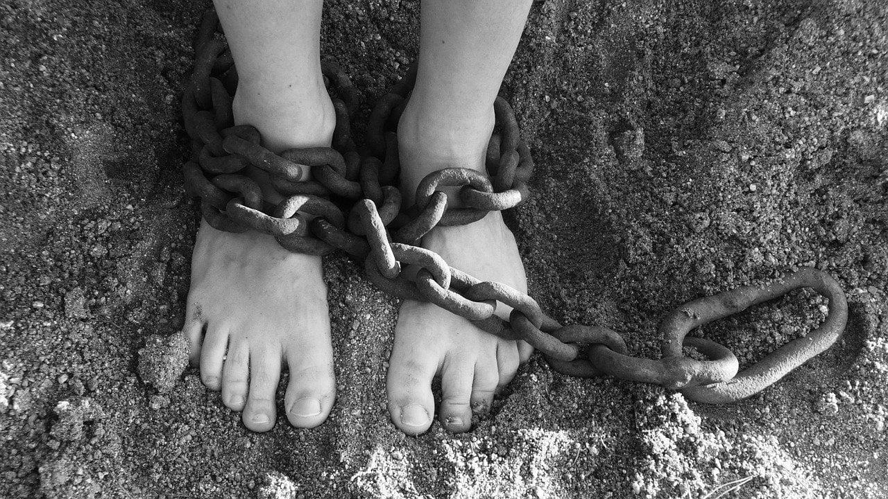 Füße die in Ketten gelegt sind und symbolisieren dass man die Sünde überwinden kann