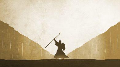 Die 10 Gebote aus der Bibel auf Steintafeln von Moses getragen
