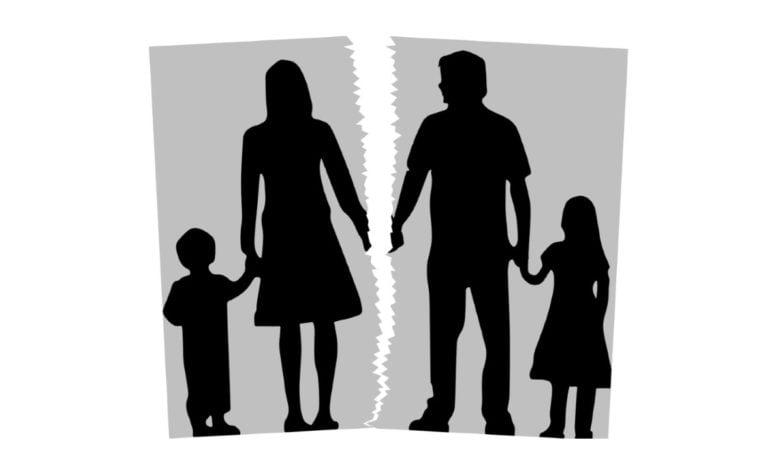 Ein auseinander gerissenes Familienfoto, dass die Scheidung einer Ehe symbolisiert