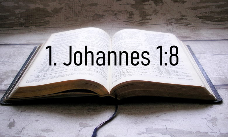 Eine Bibel mit dem Bibelvers 1. Johannes 1:8