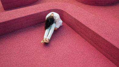 Eine Frau, die sich fragt, ob Sex vor der Ehe laut der Bibel in Ordnung ist
