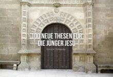 100 neue Thesen für die Jünger Jesu vor einer Kirchentür