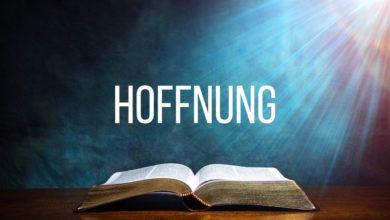 Eine aufgeschlagene Bibel mit Bibelversen über der Hoffnung steht