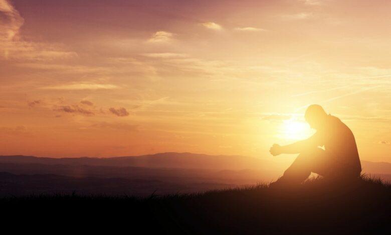 Ein Mensch, der am beten ist und sich mit einem Gebet an Gott wendet, so wie es in der Bibel steht